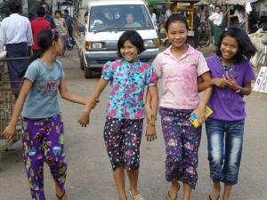 Giechelende meiden in Yangon
