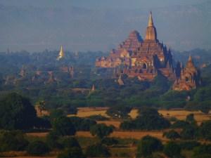 De tempelvlakte van Bagan