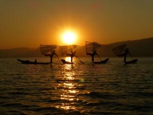 Beenroeiers op het Inle meer