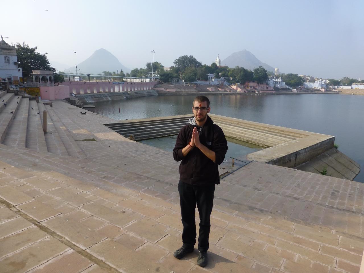 Pushkar: Zittend op een ghat de Lotusbloemgeofferd