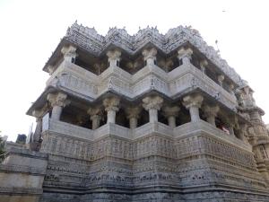 De fraai bewerkte Jagdish Tempel.
