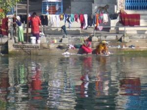 Vrouwen was hun kleren in het meer.