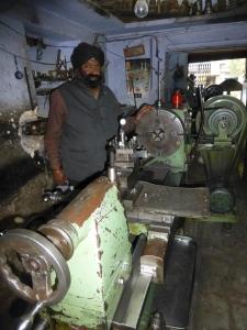 Indarjeet Singh in zijn werkplaats.