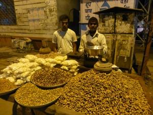 Sattar en Royhd verkopen bergen nootjes en pinda's.
