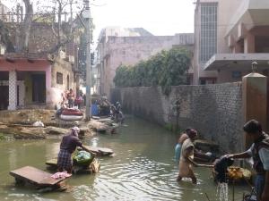 In Varanasi wordt de was gedaan.