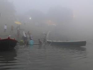 Er gebeurt veel smorgens aan de rivier.