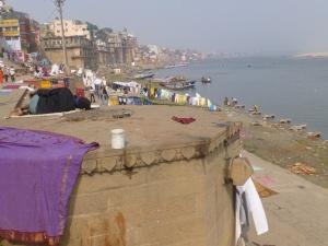 Het is gemoedelijk aan de oever van de Ganges.