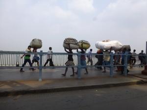 Men draagt alles op hun hoofd. Ook in Kolkata.