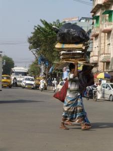 Een vrouw in Kolkata vervoert haar spullen.