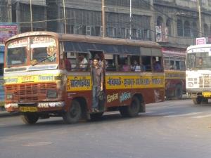 Een van de vele bussen in Kolkata. En echt nog niet vol. De man in de deuropening schreeuwt de bestemming(en).