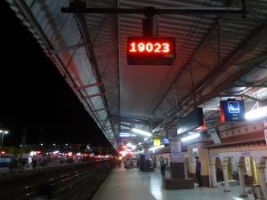 Wachten op de trein van Agra richting Delhi.