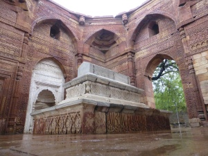 Een van de graftombes rondom Qutab Minar.
