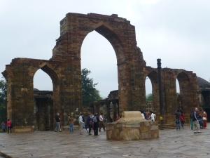 Het complex is 800 jaar oud, maar die kleine zwarte pilaar staat al 1600 jaar op zijn plek.