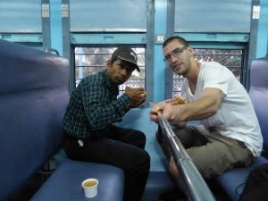 Met Schiwa aan de chai en samosa in de trein. Een prima ontbijt!