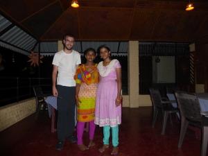 Anupama (l) was de ene dag nog kleurrijker dan de andere. Haar zus Amrutha kwam er ook even bij.