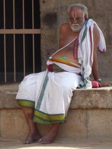Een man rust uit bij de tempel in Srirangam.