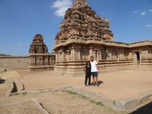 Met Asta voor de Hajari Rama tempel.